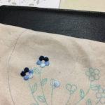 かわいい刺しゅう青い小花