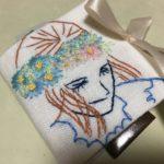 女性の刺繍とニードルケース